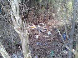 Mülldeponie inmitten der Wiesen und Felder