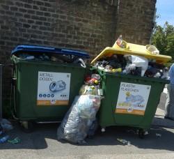 dringend gebraucht u. gut genutzt, Plastik und Metall- Container Zentralfriedhof